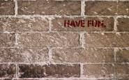 Brick Wall says Have Fun  Foto: freerangestock.com